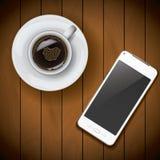 Nueva plantilla realista de la maqueta del smartphone del teléfono móvil con la taza de café en el fondo de madera Foto de archivo libre de regalías