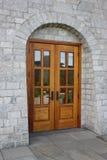 Nueva puerta de madera de la iglesia. Fotografía de archivo