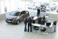 Nueva RADIOGRAFÍA rusa de Lada del coche durante presentación el 14 de febrero de 2016 en la sala de exposición del automóvil de Fotografía de archivo libre de regalías