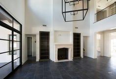 NUEVA sala de estar casera moderna de la mansión fotos de archivo
