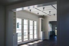 NUEVA sala de estar casera moderna de la mansión imagen de archivo