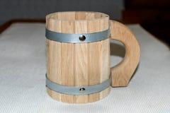 Nueva taza de madera en la tabla en el baño foto de archivo