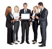 Nueva tecnología en mercado - Team con la computadora portátil Imagenes de archivo