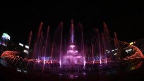 Nueva Unirii cantidad grande cuadrada de la fuente de Bucarest de la inauguración de Apa Nova almacen de video