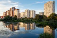 Nueva vecindad residencial en verano Balashikha, Rusia fotos de archivo libres de regalías
