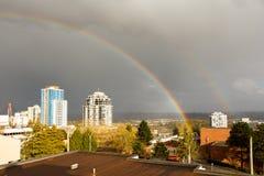 Nueva Westminster, Canadá - circa 2017: Un arco iris grande sobre la c Foto de archivo libre de regalías