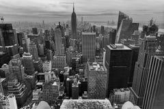 Nueva York blanco y negro del cielo imagenes de archivo
