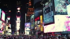 Nueva York - circa julio de 2013: Edificios del Times Square, New York City en la noche metrajes