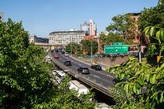 Nueva York, ciudad/los E.E.U.U. - 10 de julio de 2018: Brooklyn al Queens Expresswa fotografía de archivo libre de regalías