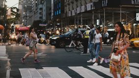 NUEVA YORK 18 de agosto de 2017 - circulación de dirección del oficial de policía de los coches y de la gente que cruzan una call almacen de video