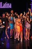 NUEVA YORK - 8 DE AGOSTO: Ganador del modelo 2014 de Montano del nica del ³ de Top Model Latina Verà (vestido anaranjado) en la p Foto de archivo libre de regalías