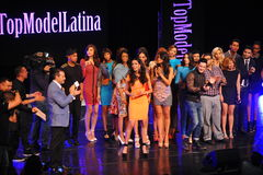 NUEVA YORK - 8 DE AGOSTO: Ganador del modelo 2014 de Montano del nica del ³ de Top Model Latina Verà (vestido anaranjado) en la p Fotografía de archivo libre de regalías