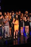NUEVA YORK - 8 DE AGOSTO: Ganador del modelo 2014 de Montano del nica del ³ de Top Model Latina Verà (vestido anaranjado) en la p Imagen de archivo libre de regalías