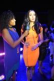 NUEVA YORK - 8 DE AGOSTO: Ganador del modelo 2014 de Montano del nica del ³ de Top Model Latina Verà (vestido anaranjado) en la p Imágenes de archivo libres de regalías