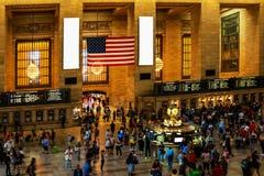 NUEVA YORK - 26 DE AGOSTO DE 2018: la opinión viajeros y los turistas inundan la estación central magnífica durante la hora punta fotos de archivo