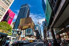 NUEVA YORK - 22 DE AGOSTO: Vista al 8vo sistema de pesos americano de la calle de W42nd en el Ne Imagen de archivo