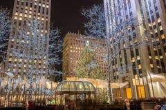 Nueva York - 20 de diciembre de 2013: Árbol de navidad en el centavo de Rockefeller Fotografía de archivo
