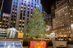 Nueva York - 20 de diciembre de 2013: Árbol de navidad en el centavo de Rockefeller Imágenes de archivo libres de regalías