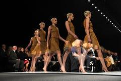NUEVA YORK - 10 DE FEBRERO: Un modelo camina la pista en el desfile de moda de Ralph Rucci durante la caída 2013 Fotos de archivo libres de regalías