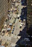 NUEVA YORK - 14 DE JUNIO DE 2016: Vea abajo de una calle muy transitada adentro, en Manhattan, la ciudad, los E.E.U.U. Fotografía de archivo libre de regalías