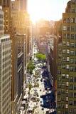 NUEVA YORK - 14 DE JUNIO DE 2016: Vea abajo de una calle muy transitada adentro, en Manhattan, la ciudad, los E.E.U.U. Fotos de archivo libres de regalías