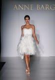 NUEVA YORK - 17 DE OCTUBRE: Pista que camina modelo en Anne Barge Bridal Collection Foto de archivo libre de regalías