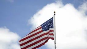 Nueva York, el 3 de agosto: Bandera americana sobre el cielo en New York City almacen de metraje de vídeo