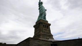Nueva York, el 3 de agosto: Estatua de la libertad de la isla de la estatua del río Hudson en New York City metrajes