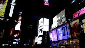 Nueva York, el 3 de agosto: Times Square por noche de Manhattan en New York City metrajes