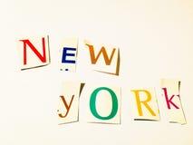 Nueva York - el recorte redacta el collage de las letras mezcladas de la revista con el fondo blanco fotografía de archivo libre de regalías