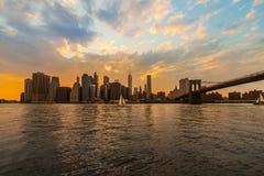 Nueva York Horizonte del puente y de Manhattan de Brookyn en la puesta del sol del verano foto de archivo
