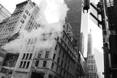 Nueva York, humo y rascacielos imagen de archivo