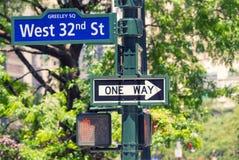 Nueva York la 32da intersección de la calle firma adentro Manhattan Foto de archivo libre de regalías