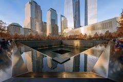 NUEVA YORK - LOS E.E.U.U. - 20 DE DICIEMBRE DE 2015: La gente acerca a la torre de la libertad Fotografía de archivo libre de regalías