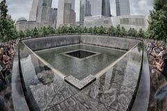 NUEVA YORK - los E.E.U.U. - 13 de junio de 2015 gente acerca a la fuente y a 9/11memorial Imagen de archivo