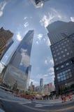 NUEVA YORK - los E.E.U.U. - 13 de junio de 2015 gente acerca a la torre y a 9/11 de la libertad Fotos de archivo libres de regalías