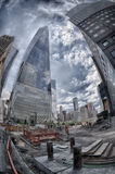 NUEVA YORK - los E.E.U.U. - 13 de junio de 2015 gente acerca a la torre y a 9/11 de la libertad Imagen de archivo libre de regalías