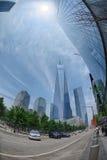 NUEVA YORK - los E.E.U.U. - 13 de junio de 2015 gente acerca a la torre y a 9/11 de la libertad Imagenes de archivo