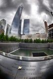 NUEVA YORK - los E.E.U.U. - 13 de junio de 2015 gente acerca a la torre y a 9/11 de la libertad Foto de archivo