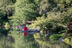 NUEVA YORK - los E.E.U.U. - 14 de junio de 2015 gente en Central Park el domingo soleado Imágenes de archivo libres de regalías