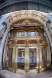NUEVA YORK - los E.E.U.U. - 13 de junio de 2015 puerta del edificio de los bienes raices de Estados Unidos fotos de archivo
