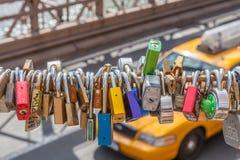 Nueva York, los E.E.U.U. 21 de mayo de 2014 Cerraduras brillantes del amor en el puente de Brooklyn imágenes de archivo libres de regalías