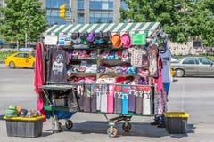 Nueva York, los E.E.U.U. 20 de mayo de 2014 El vendedor del recuerdo en Columbus Cir Imágenes de archivo libres de regalías