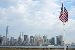 NUEVA YORK, LOS E.E.U.U. - 22 DE NOVIEMBRE: Bandera americana con el horizonte de Manhattan Fotos de archivo libres de regalías