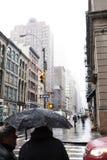 Peatones en Chinatown lluvioso Manhattan Nueva York Fotos de archivo libres de regalías