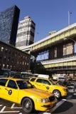 Tráfico del taxi de NYC por la estación de autobúses de Port Authority Imagenes de archivo