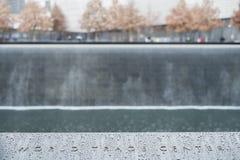 NUEVA YORK, LOS E.E.U.U. - 22 DE NOVIEMBRE: Detalle de 9/11 COM conmemorativa del monumento Fotografía de archivo