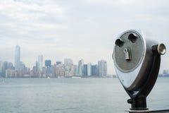 NUEVA YORK, LOS E.E.U.U. - 22 DE NOVIEMBRE: Espectadores binoculares con el cielo de Manhattan Imágenes de archivo libres de regalías