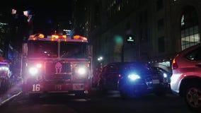 Nueva York, los E.E.U.U. - OKT, 2016: Coche de bomberos en las calles de Nueva York Enrolle, pasando otros coches, el caminar de  almacen de metraje de vídeo