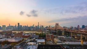 Nueva York, Nueva York, los E.E.U.U. con el puente de Queensboro metrajes